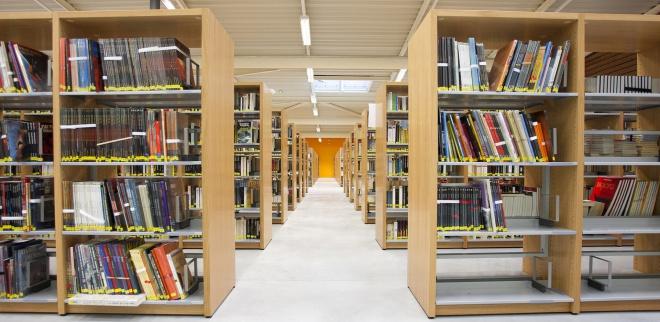 photo d'étagères avec des livres à la médiathèque