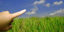doigt pointé vers le ciel